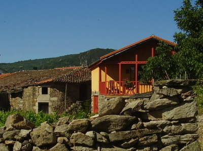 Casa dos Artesans is a self-catering holiday cottage in Cristosende where you can book craft activities with professional tutors (weave your own cloth on a loom or make your own basket)