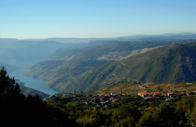 Panoramic view of the Ribeira Sacra with the River Sil Canyon and picturesque village of Cristosende where you can stay in Casa dos Artesans (holiday cottage) or the Casa Grande (rooms)