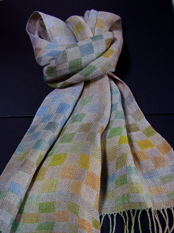 ecological linen scarf hand-woven in Galicia with natural dyes