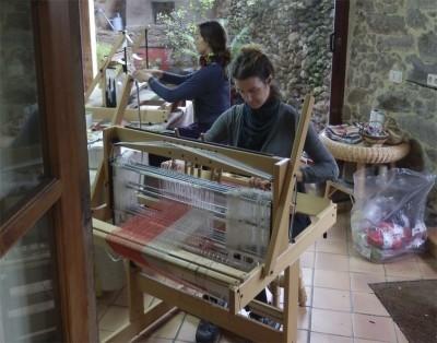 anuschka y silvia en curso de bufandas buf 24 800 pix