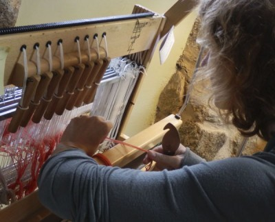 buf 24 Annuschka threading her loom 600 pix