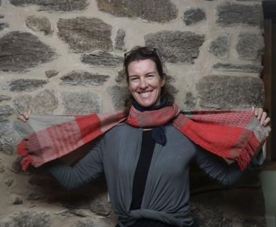 buf 24 anuschka y su foulard de lana con tintes naturales 800 pix