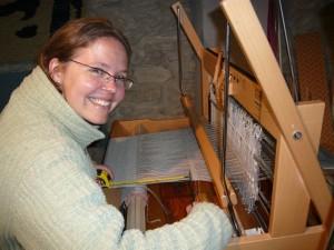 Katherine aprende a tejer con un telar Louet de sobremesa